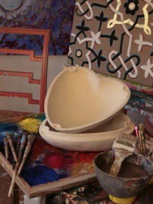 Atellier mit Rohling einer herzförmigen Urne