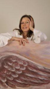 Bettina Ulitzka-Allali mit dem Gemälde Beflügelung 4