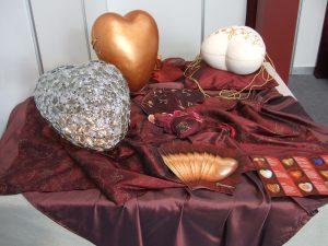 DEVOTA 2011 - Lichtobjekt Herzförmige Urne, Urnen Das Herzlicht und Larentia Gold und Textilherz Liebe