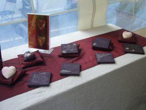 ag des Friedhos 2012, Hamburg Ohlsdorf - Begleitherzen Engelsflügel (zartrosa auf cremeweiß), Schmetterling (dunkelaubergine und cremeweiß) und Tafelbilder