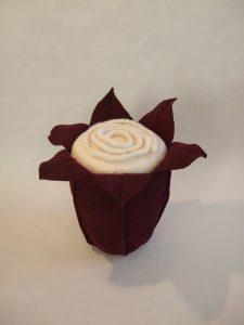 Urne in Blütenform: Amalure Variation - weiße gefilzte Wollkordel