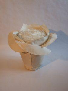 Urne in Blütenform: Maitea champagnerfarben